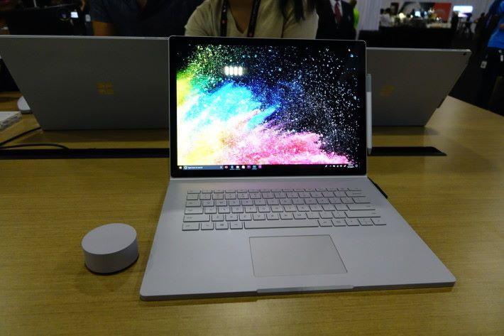微軟同場展示新款Surface Book 2系列,15吋及13.5吋款式,支援Surface Dial和電磁筆。