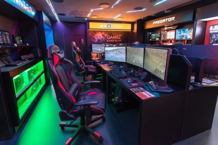 中央位置設有 3 芒可讓玩家體驗寬屏幕打機效果,亦可坐定定感受不同電腦快感。