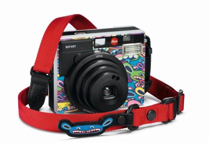 附設 Artisan&Artist 印有藍色的 Mr.Limo 標誌的高品質紅色尼龍皮革背帶。