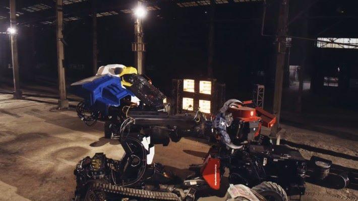 MK3 與 Kuratas 進行近身戰,由於手臂的動作較簡單,Kuratas 成功快速揮拳連擊對手駕駛倉,只是噸位差距太大,沒有明顯的效果。