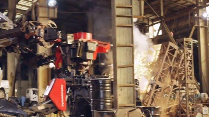噸位差距接近 1 倍,Kuratas 無法逼開對手,並且遭對手瘋狂壓制,讓場地內的雜物嚴重損毁。