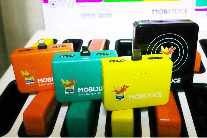 MobiJuce 首先會提供橙色的 iPhone 專用充電、綠色的 micro 接口充電及黃色的 Type C 充電 3 種,稍後時間就會供應黑色的無線充電了。
