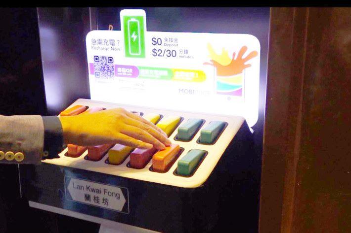 在 App 內付錢後,機座會彈出行動充電池,歸還時只要把電池在空置按下卡好就完成。