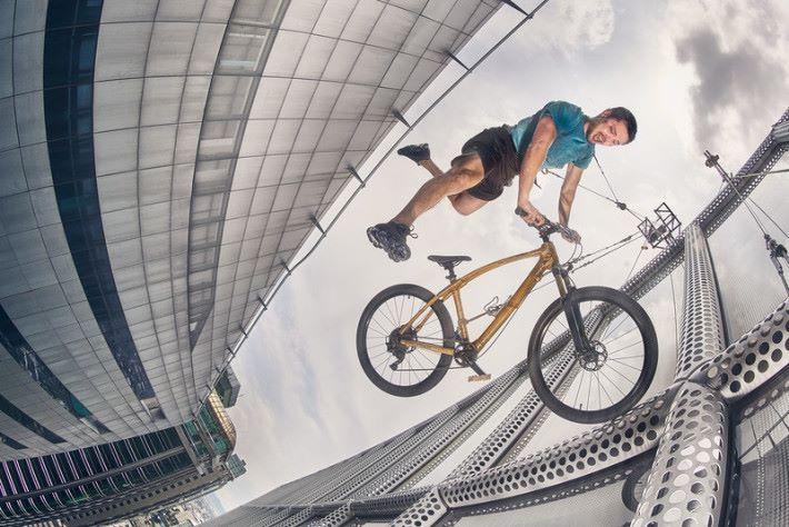 單車手同時要兼顧自己的姿勢與單車的擺放,攝影師更要爭分奪秒。