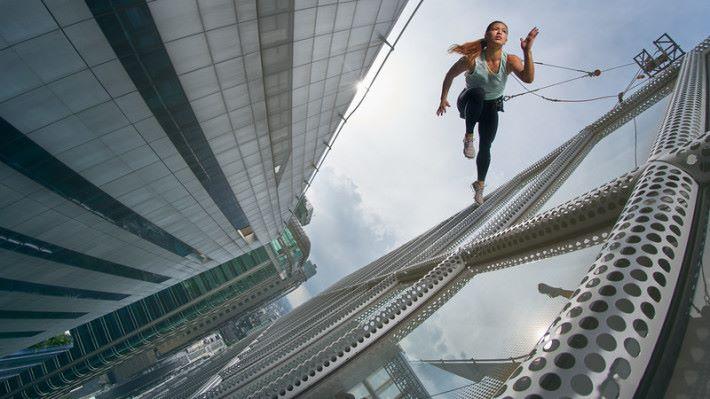 配合跑手、大樓的角度及陽光等,絕對考驗攝影師技巧。