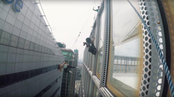 實際拍攝時,攝影師吊在空中去拍攝主角分秒間不同的姿態。