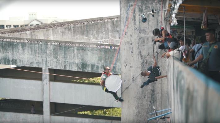 主角及拍攝團隊都有繫上吊索,仍緊守各人的崗位。