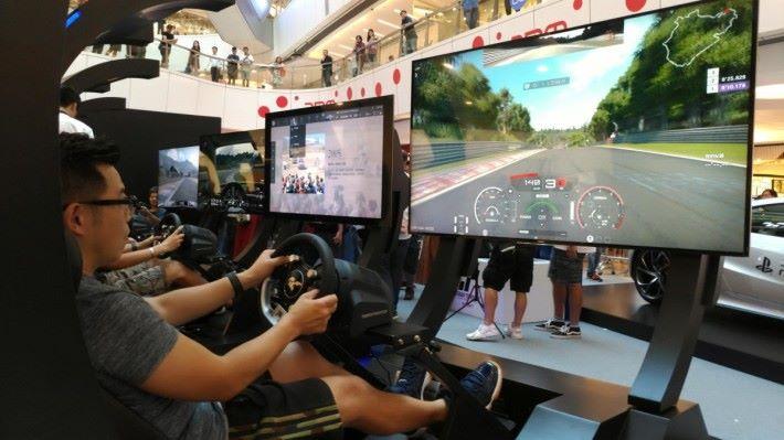 大型擬真級駕駛倉,不僅設有專業賽車椅,更有最新的軚盤與 4K 電視,帶來最超凡的駕駛體驗。