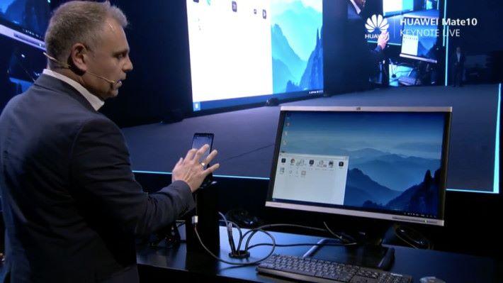 只要一條線連接屏幕,加上藍牙鍵盤和滑鼠就可以當作 PC 用,不用專用 Dock 。