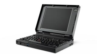 初代 ThinkPad 電腦 700C 於 1992 年 10 月推出。