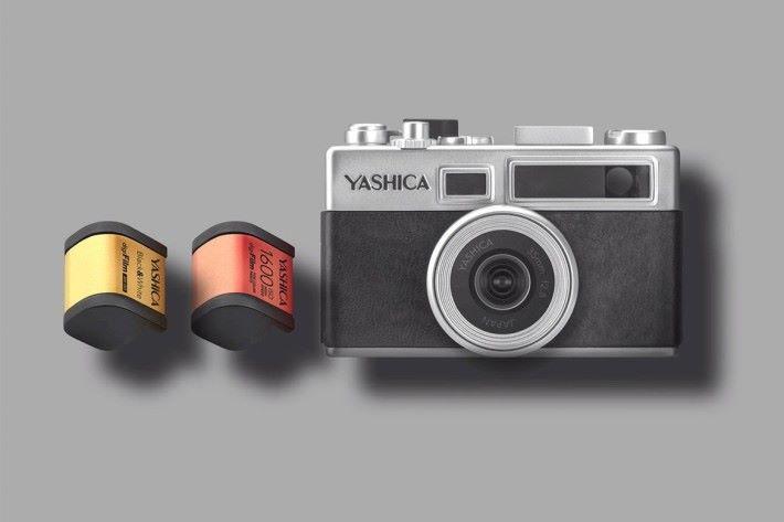 YASHICA Y35 相機採用「數碼菲林」,用家可在不同環境下更換相應的「菲林」使用。