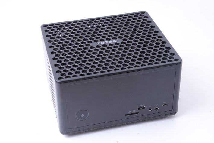這款大概只有兩個月餅盒疊起來般大小的 PC,配備 AMD Ryzen 5 1400 四核心處理器、8GB DDR4 記憶體及 120GB M.2 SSD 等等。