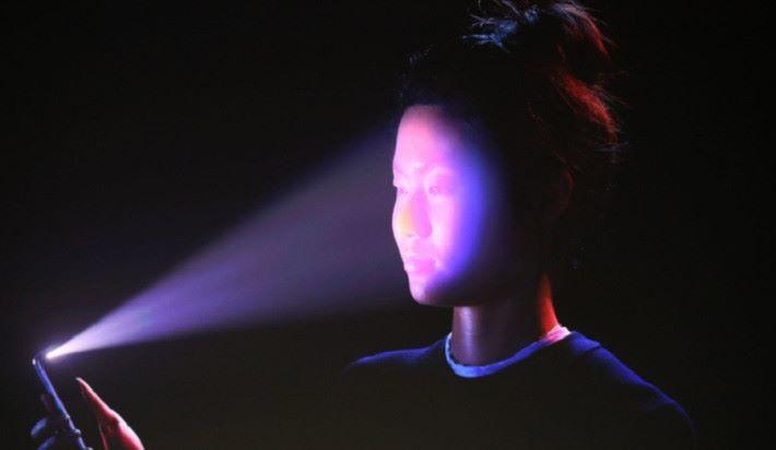 Face ID 辨識時會向用戶面上投射 30,000 點來測量容貌的立體資料。