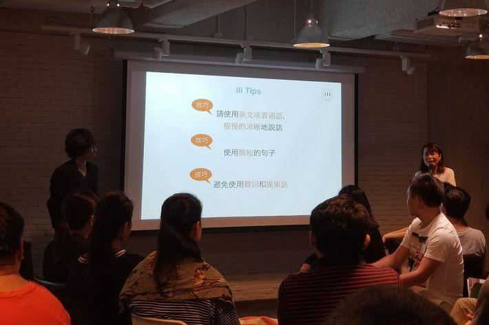目前翻譯機備有中文或英文版本,使用時也有一些地方要注意,如說出語句時不要太快。