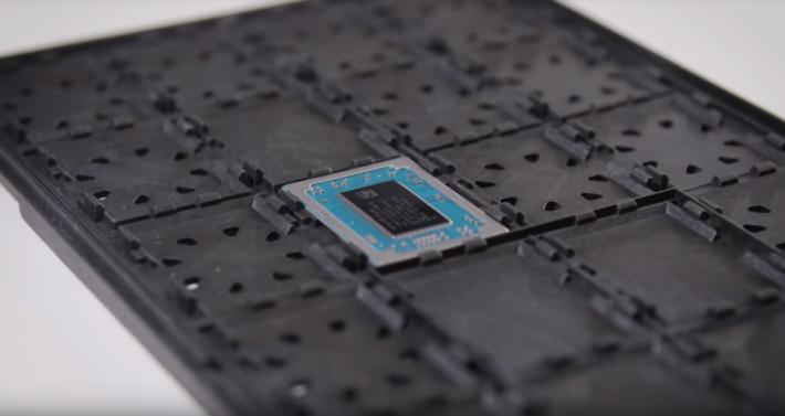 相比 Ultrabook 機殼,Ryzen 流動版 APU 的體積很小。