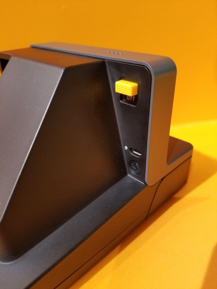 右側有開關鍵,下面有micro USB頭用作充電,最底圓形的為停閃按鍵。