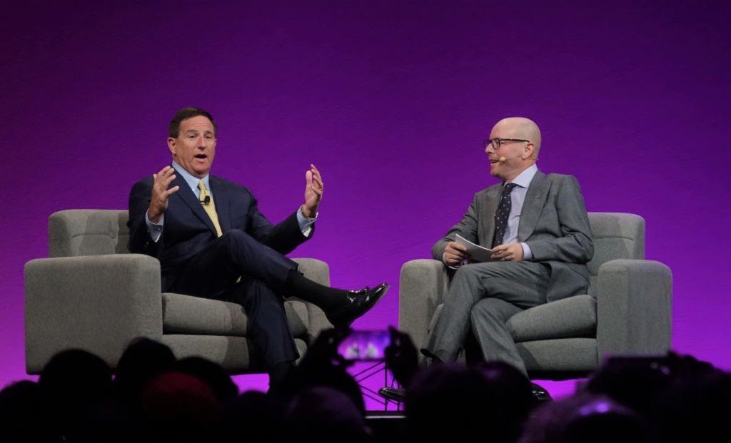 Mark Hurd(左)多次強調對 NetSuite 的收購是一項投資,幫助對方加速成長。圖右為 Evan Goldberg。
