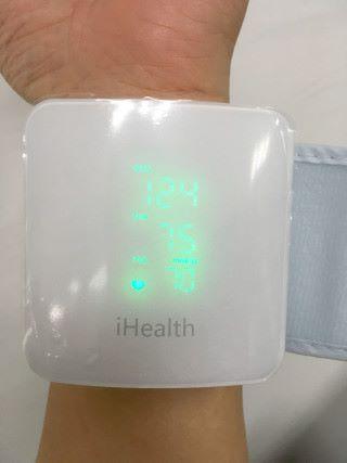 機身上有很大的 LED 屏幕顯示血壓和心率資料