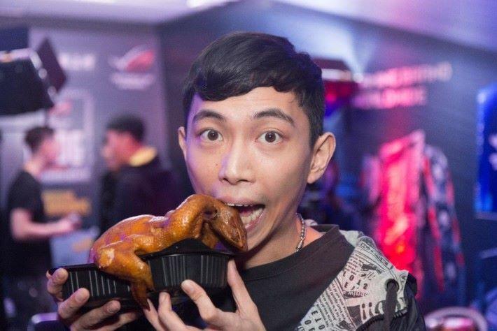 """優勝選手 SHALAO_HK 賽後吃著 """" chicken dinner """" 成為香港第一個「食雞王」。"""