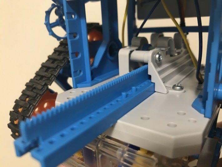 在編程棒下左右兩邊可加入不同長度的膠粒,凸出 的膠粒就能夠啟動機關降下,膠粒長度負責控制降下機關的延續時間,來驅動機械人轉彎。