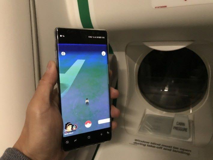 響飛機試玩咗一陣《Pokémon GO》,睇住訓練員響一望無際嘅地圖上係咁走,都戥佢攰呀!
