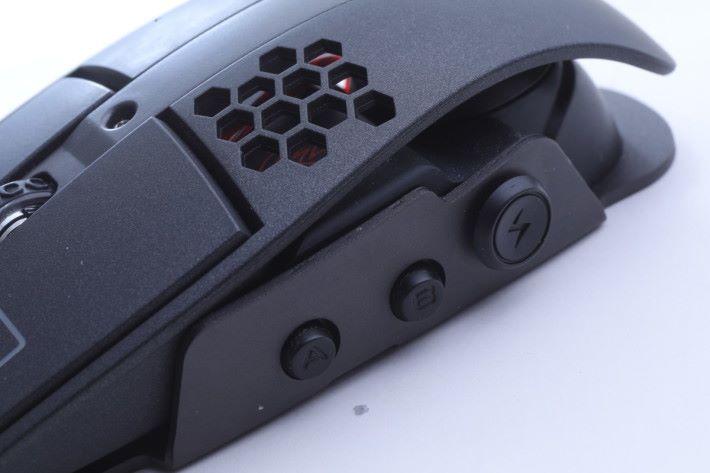 左側位置設有1顆五向鍵,玩家可透過軟件自訂編程,追加多達6組的功能。