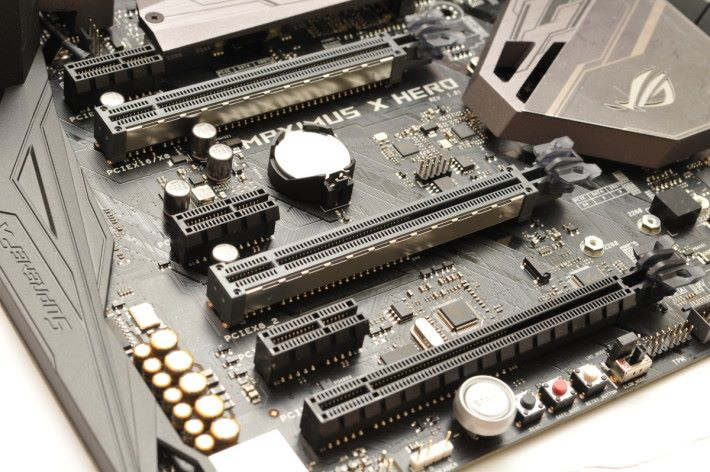 提供三條 PCI-E Express x16。