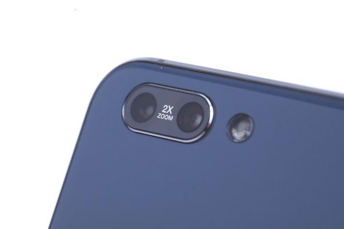 雙鏡頭均使用 Sony IMX 感光元件,為 12MP 主鏡加 16MP 遠攝副鏡的配搭。