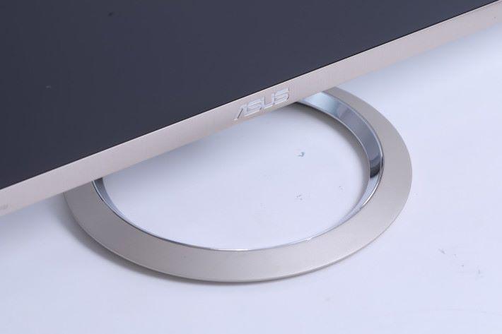 MX27UC 的外表典雅大方,圓環形底座帶有影音產品 的感覺。