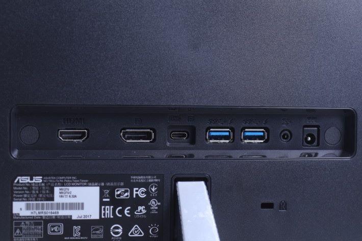 背面備有 USB Type-C 端子,可對應 Display Port 功能, 方便對應新款筆電與手機。