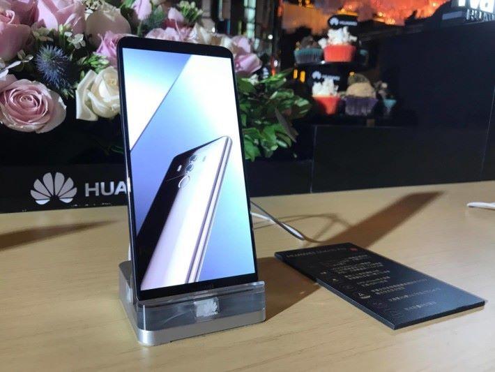 用上 6 吋 FHD AMOLED 屏幕的 Mate 10 Pro 要到 11 月下旬才推出。
