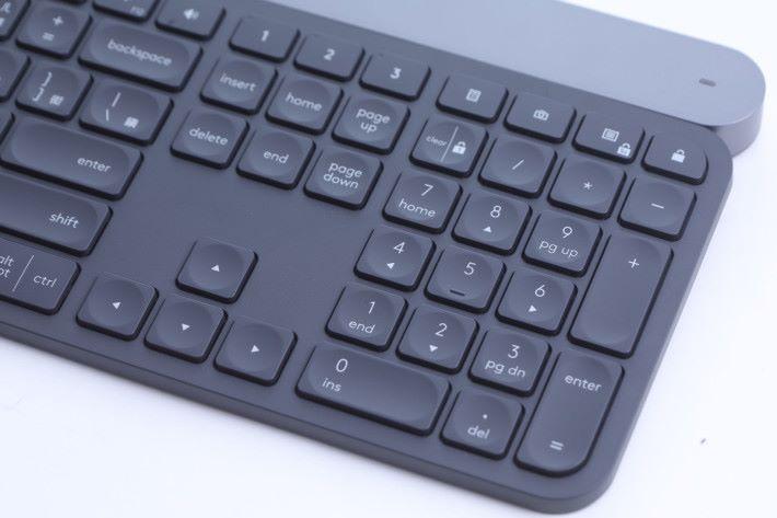 Home 鍵上面就是 Easy-Switch 鍵,可以在三部電腦間自由切換。