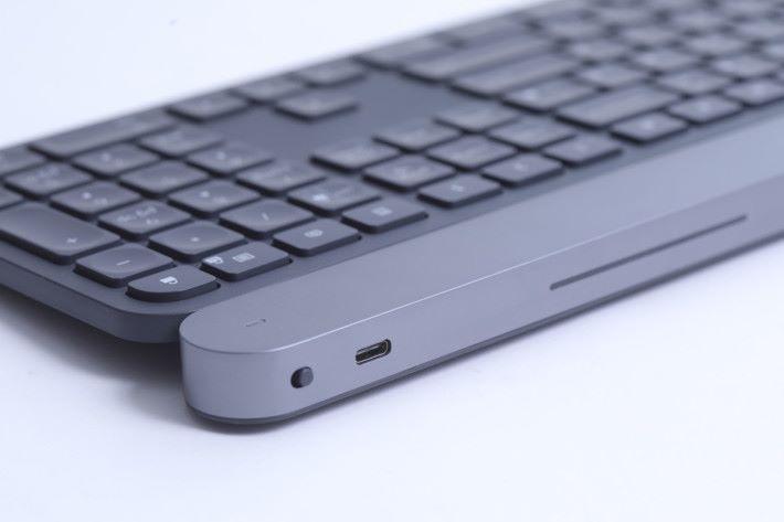 鍵盤頂部的 USB-C 插頭是用來充電的,不是用來有線連接啊。