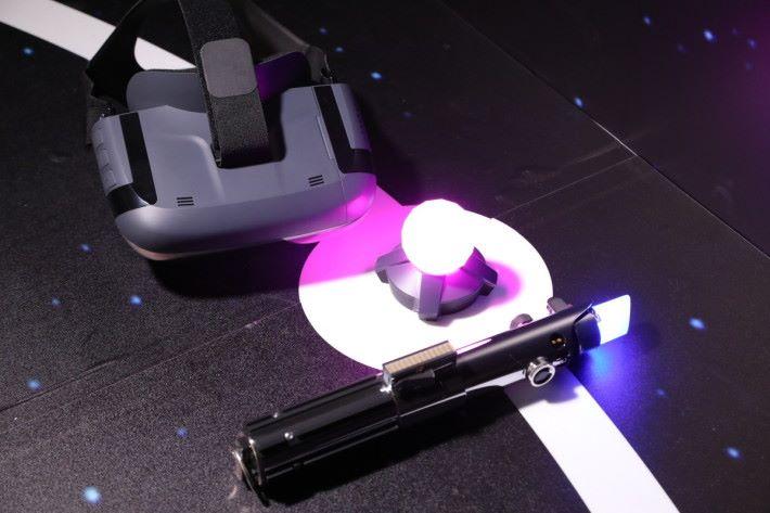 《星球大戰:絕地挑戰》套裝內提供 1 副使用 AR 技術的眼鏡, 1 柄激光劍與 1 顆追蹤訊標,激光劍用於戰鬥練習時斬擊敵人,追蹤訊標用於影像定位,還可用來進行戰棋或策略遊戲使用。