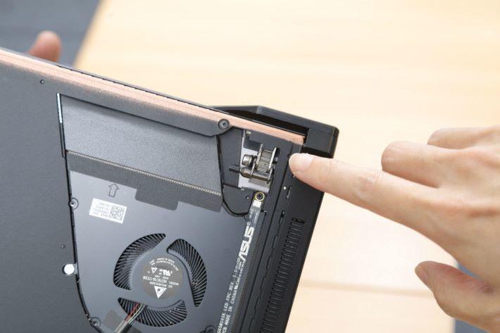 屏幕鉸位與推出機殼的零件部份採用一體式結構,用槓桿原理把機殼推出來。此圖亦可看得出散熱風扇的葉片很薄,密度很高。