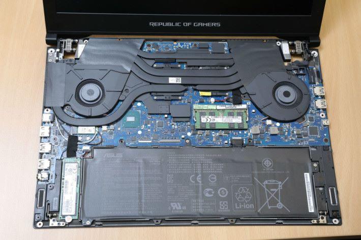 CPU 及 GPU 附近有配電盤專用的特殊散熱管,加快熱氣排出機外。
