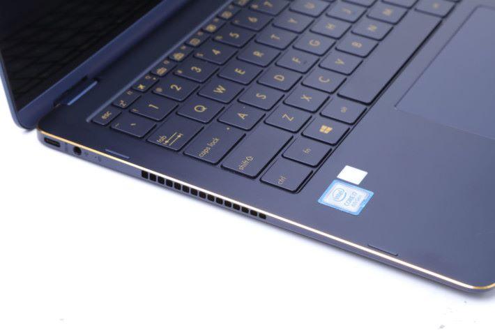 左邊的 USB 3.1 Type C 埠可以快速充電,49 分鐘即可充電達 60%。