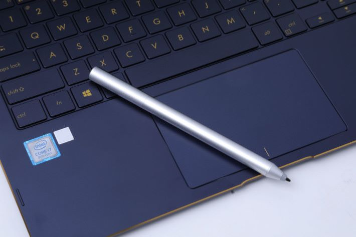 ASUS Pen 只有 22g 重,久握都不覺累,上有按鍵做擦膠及 Right Click 功能。