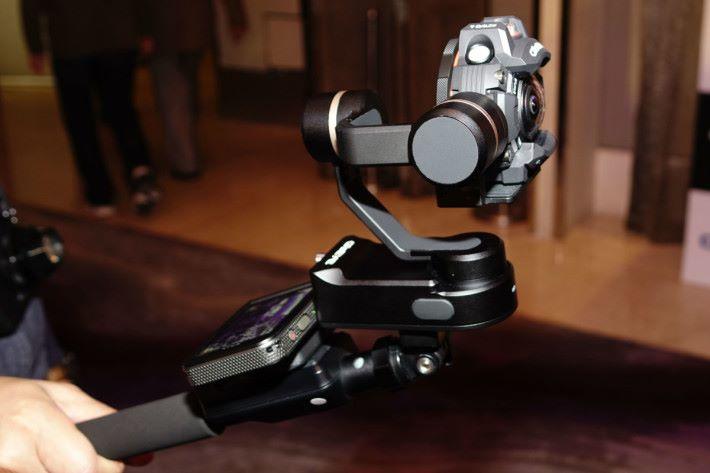 這組合由屏幕遙控器、多用途自拍棍及穩定器組成,使 GZE-1 拍片更穩定。