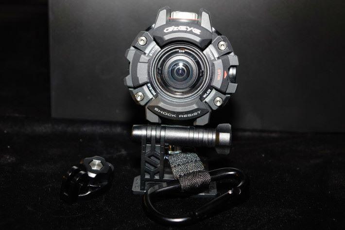 其中一個配件作為相機固定底座,方便扣在背囊。