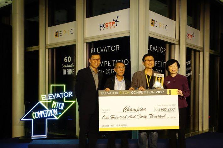 科技園公司行政總裁黃克強(左一)與主席羅范椒芬(右一)向國泰光電創辦人頒贈評判團投資的14萬美元支票。