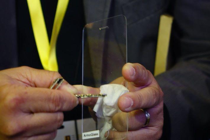 即使用鎖匙出力刮,亦無損塗層。
