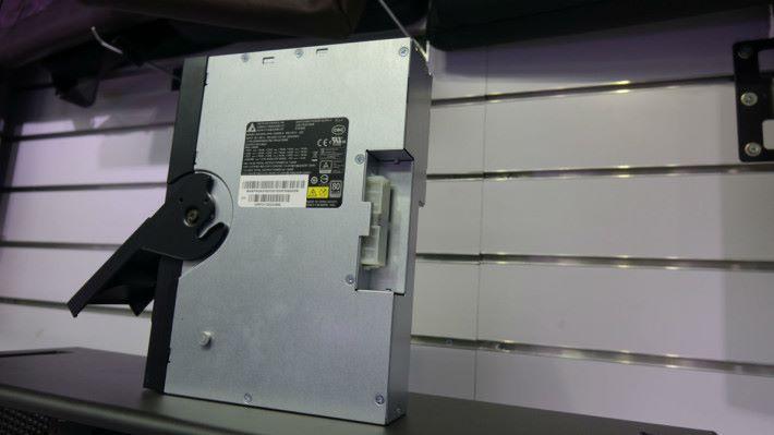 1300W 火牛才有足夠供電給強勁的 CPU 及顯示卡。