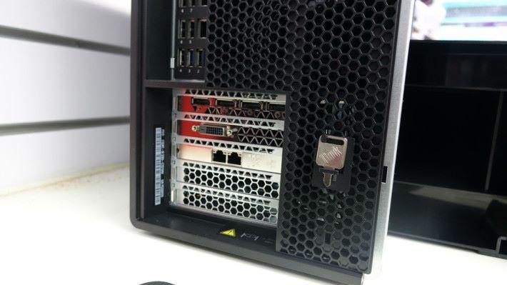 P5000 有 4 個 DisplayPort 及 1 個 DVI,另外配備 Intel Dual Lan 卡。