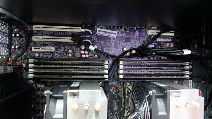 CPU 上方有兩條 PCI-E x16 插槽,可插多張顯示卡。