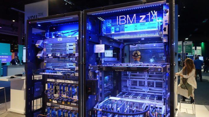 IBM 在 CA World 2017 上展示新款 z14 大型電腦。