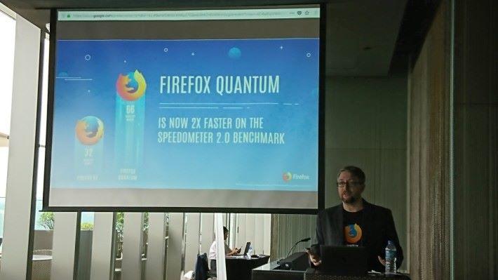 Mozilla 核心瀏覽器產品管理總監 Jeff Griffiths 在記者會介紹 Firefox Quantum。