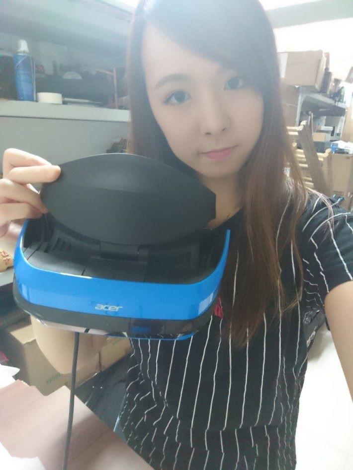 戴著 Acer Windows MR 頭戴裝置,感覺舒適。