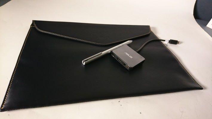 附送黑色 Notebook 袋、ASUS Pen 及擴充 Hub。