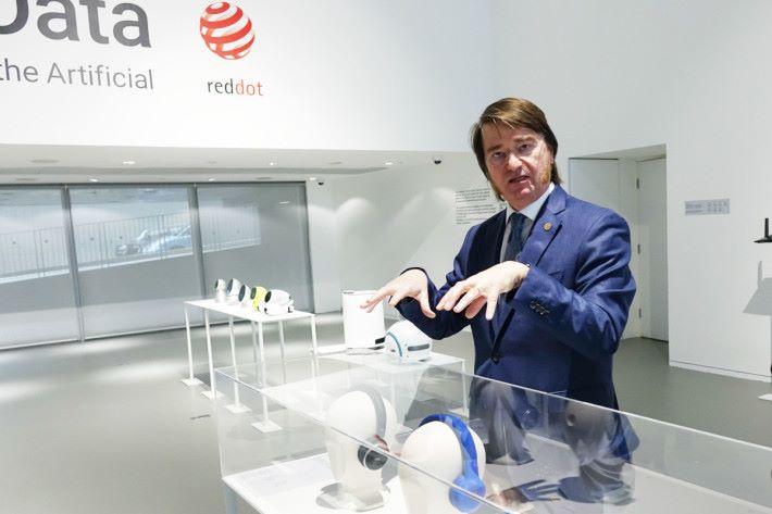 德國紅點設計博物館執行董事 Vito Orazhem 正為大家作導覽講解。